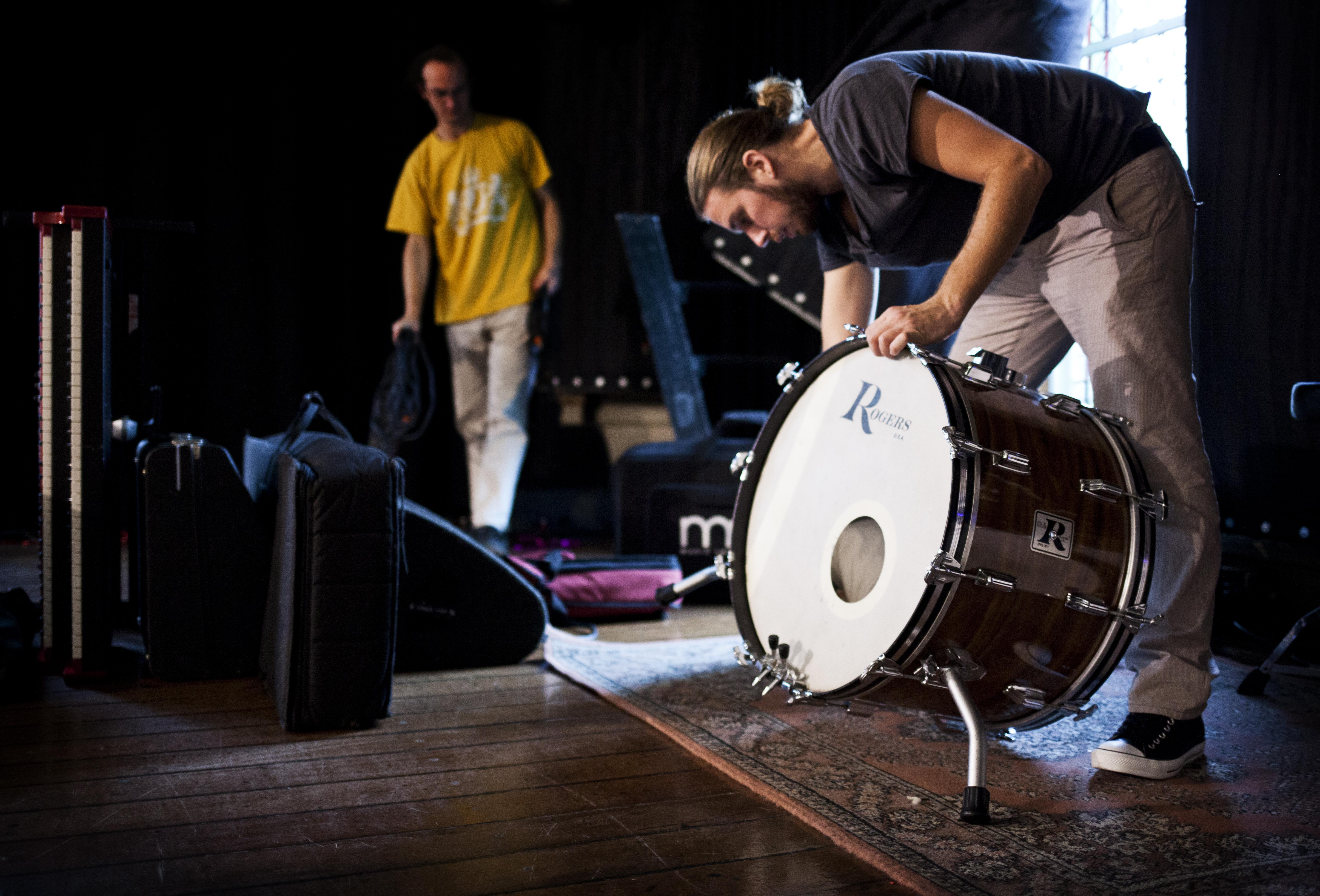 want er werd opgebouwd. Hier door drum-maestro Léon.